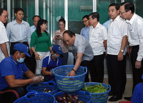 Thủ tướng thăm cơ sở suất ăn công nghiệp Tú Anh